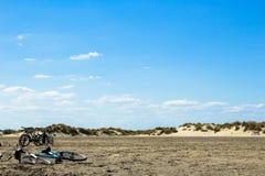 Велосипеды на береге под голубым небом Стоковое Фото
