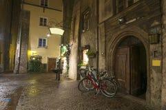 Велосипеды на пустой средневековой улице в Инсбруке на ноче Стоковые Изображения