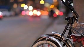 Велосипеды полагаются около угла улицы по мере того как автомобили управляют мимо акции видеоматериалы