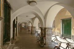 Велосипеды припарковали под средневековой покрытой дорожкой, Chiavari, Италией Стоковое Фото