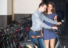 Велосипеды рабочего места Гая и девушки Стоковые Фотографии RF