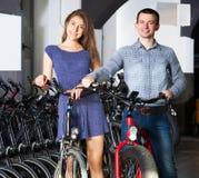 Велосипеды рабочего места Гая и девушки Стоковые Фото