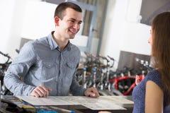Велосипеды рабочего места Гая и девушки Стоковое Изображение RF