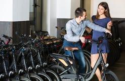 Велосипеды рабочего места Гая и девушки Стоковые Изображения RF