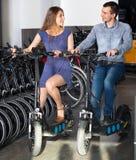 Велосипеды рабочего места Гая и девушки Стоковая Фотография