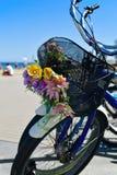 Велосипеды с цветками в Барселоне Испания стоковые изображения rf