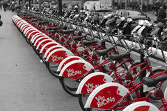 Велосипеды для найма, красного anche черно-белого Барселона, Sapin Стоковое Изображение RF