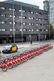 Велосипеды для найма, красного anche черно-белого barcelona Испания Стоковые Фото