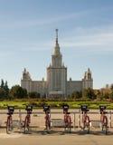 Велосипеды для ренты около государственного университета Москвы Стоковые Изображения