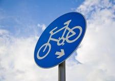 Велосипед Roadsign с предпосылкой голубого неба Иллюстрация штока