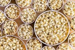 Ведра вполне свеже сделанного попкорна для каждого Стоковые Изображения