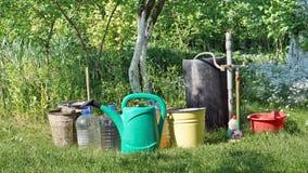 Ведра и банки с водой в саде Стоковые Фото