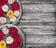 2 ведра с водой и розами на старое деревянном Стоковые Изображения