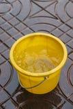 Ведро в дожде Стоковое Изображение