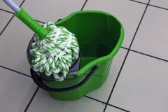 Ведро и mop для очищать предпосылки стоковые фото
