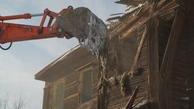 Ведро конца-вверх разрушает старое деревянное здание Подрывание автомобиля сток-видео