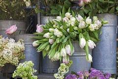 Ведро с букетом белых тюльпанов и вазы с красными розами как украшение для входа дома Стоковое фото RF
