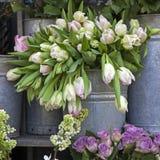 Ведро с букетом белых тюльпанов и вазы с красными розами как украшение для входа дома Стоковая Фотография