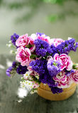 Ведро с wildflowers на стенде outdoors Стоковое Изображение RF
