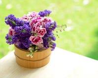 Ведро с wildflowers на стенде outdoors Стоковые Изображения RF