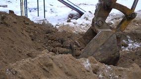Ведро экскаватора выкапывает землю сток-видео