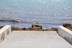 ведущее море дороги к Стоковое Изображение