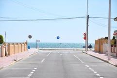 ведущее море дороги к Стоковая Фотография RF