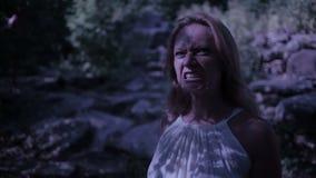 Ведьма в лесе на ноче Утесы вампира фантазия призрака и готическое halloween акции видеоматериалы