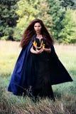 Ведьма держащ спурты пламени Стоковые Изображения RF