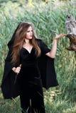Ведьма держа кинжал Стоковые Изображения