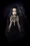 Ведьма держа маску стоковая фотография rf