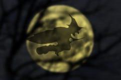 Ведьма на венике, тени над полнолунием Стоковые Изображения