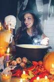 Ведьма при подкрашиванный череп, Стоковые Фотографии RF
