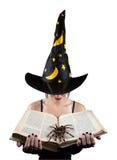 Ведьма с книгой и пауком стоковое фото