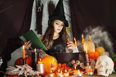 Ведьма с книгой и пробиркой крови Стоковые Изображения RF