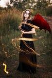 Ведьма с крылами и змейкой стоковая фотография