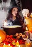Ведьма с черепом Стоковая Фотография RF