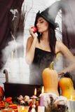 Ведьма с яблоком Стоковое Фото