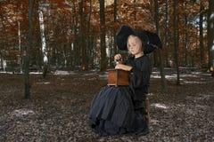 Ведьма хеллоуина outdoors в древесинах Стоковая Фотография