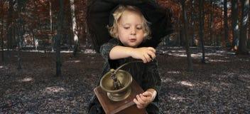 Ведьма хеллоуина outdoors в древесинах Стоковые Изображения RF
