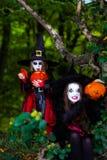 2 ведьмы в лесе, концепция хеллоуина Стоковая Фотография