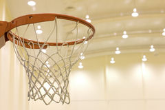 Ведя счет корзина в баскетбольной площадке стоковое изображение rf