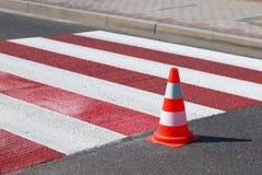 Взаимн украшенный все еще не высушенный пешеходный переход с - вне красный цвет Ограничение движения дорожными знаками Дорога обн стоковое фото rf