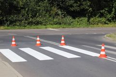 Взаимн украшенный все еще не высушенный пешеходный переход с - вне красный цвет Ограничение движения дорожными знаками Дорога обн стоковые фото