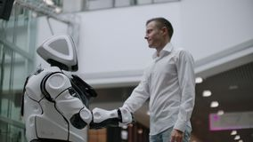 Взаимодействие человека и современные технологии искусственного интеллекта Закройте вверх по мужской руке ученого трясет робототе акции видеоматериалы