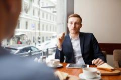 Взаимодействовать в кафе стоковая фотография