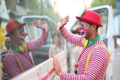 Взаимодействовать увиденный клоунами с детьми в Газа, Палестине стоковые фото
