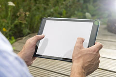 Взаимодействие: Человек используя таблетку outdoors Стоковое фото RF