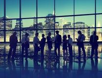 Взаимодействия переговора бизнесмены технологии команды работая Стоковое фото RF