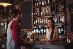 Взаимодействовать женского бара нежный с клиентом стоковая фотография rf